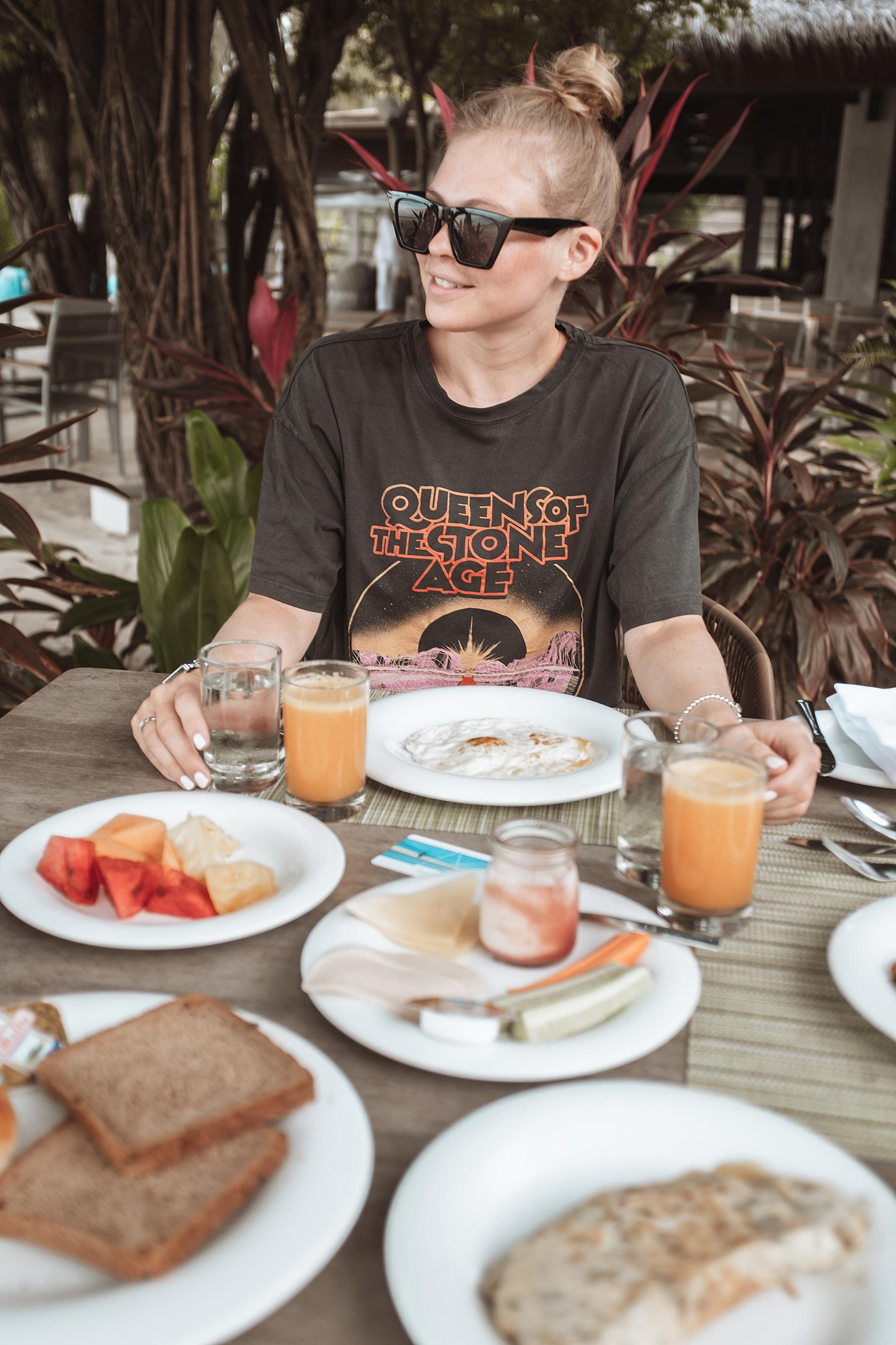 velassaru maldives frühstück travel blog sunnyinga