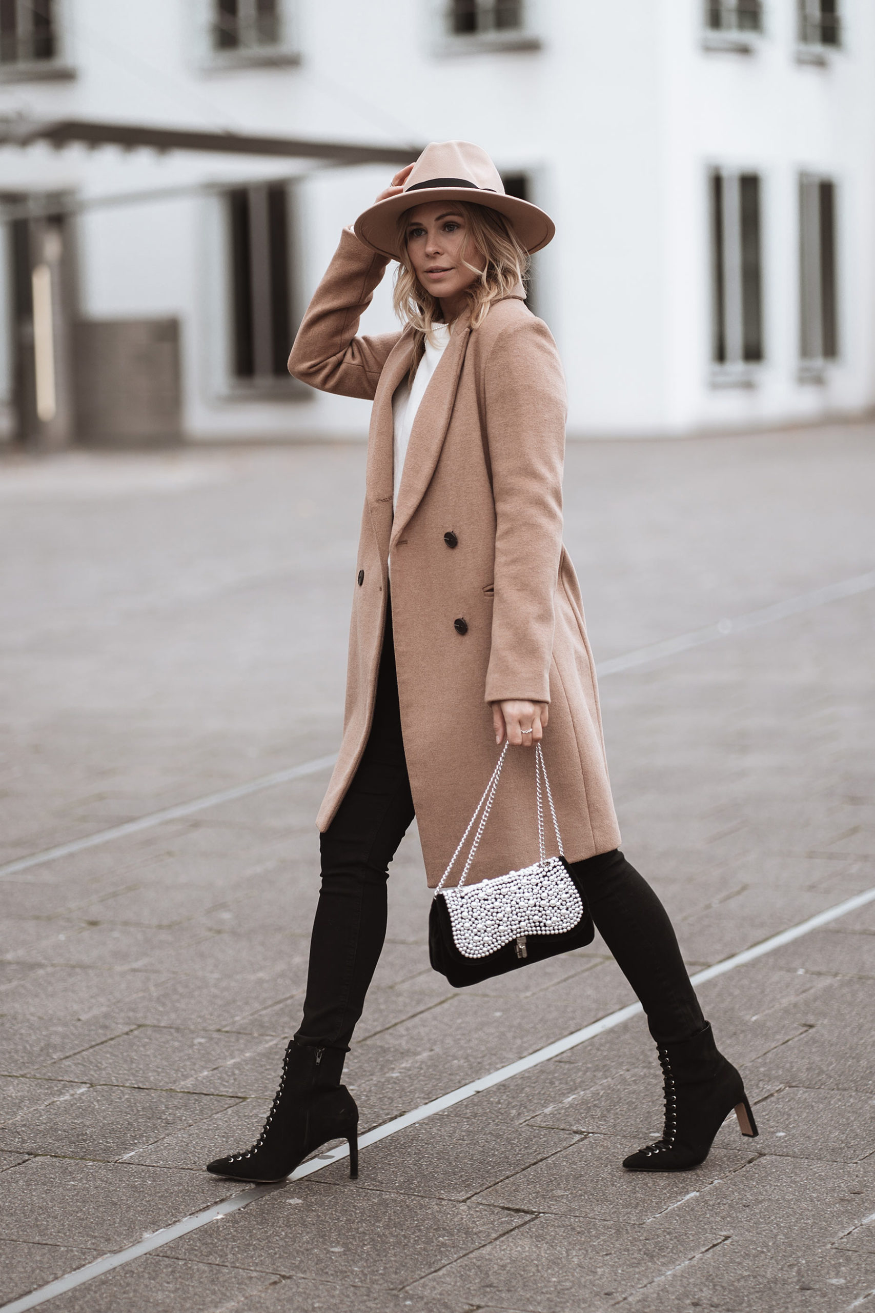 inga brauer fashion blogger filzhut outfit beige winter sunnyinga
