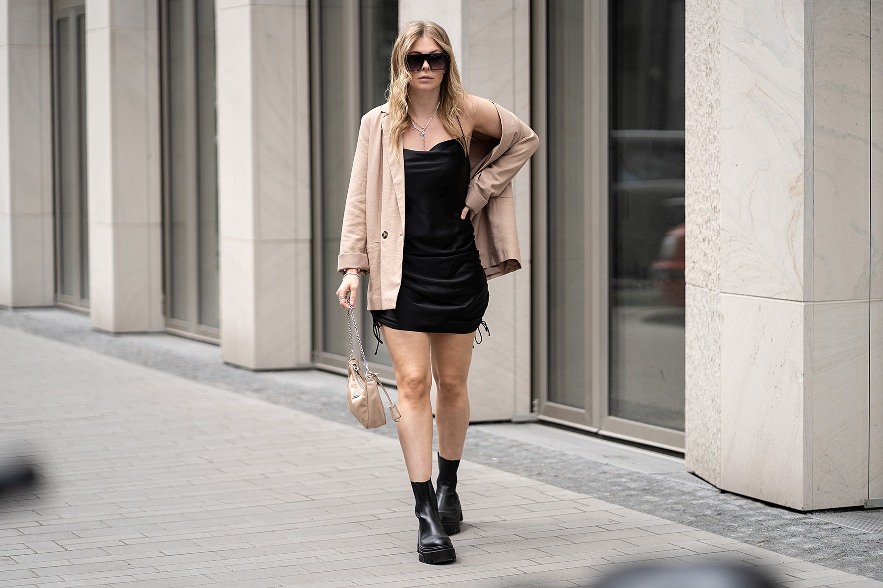 outfit fashion blogger satinkleid schwarz blazer boots inga brauer