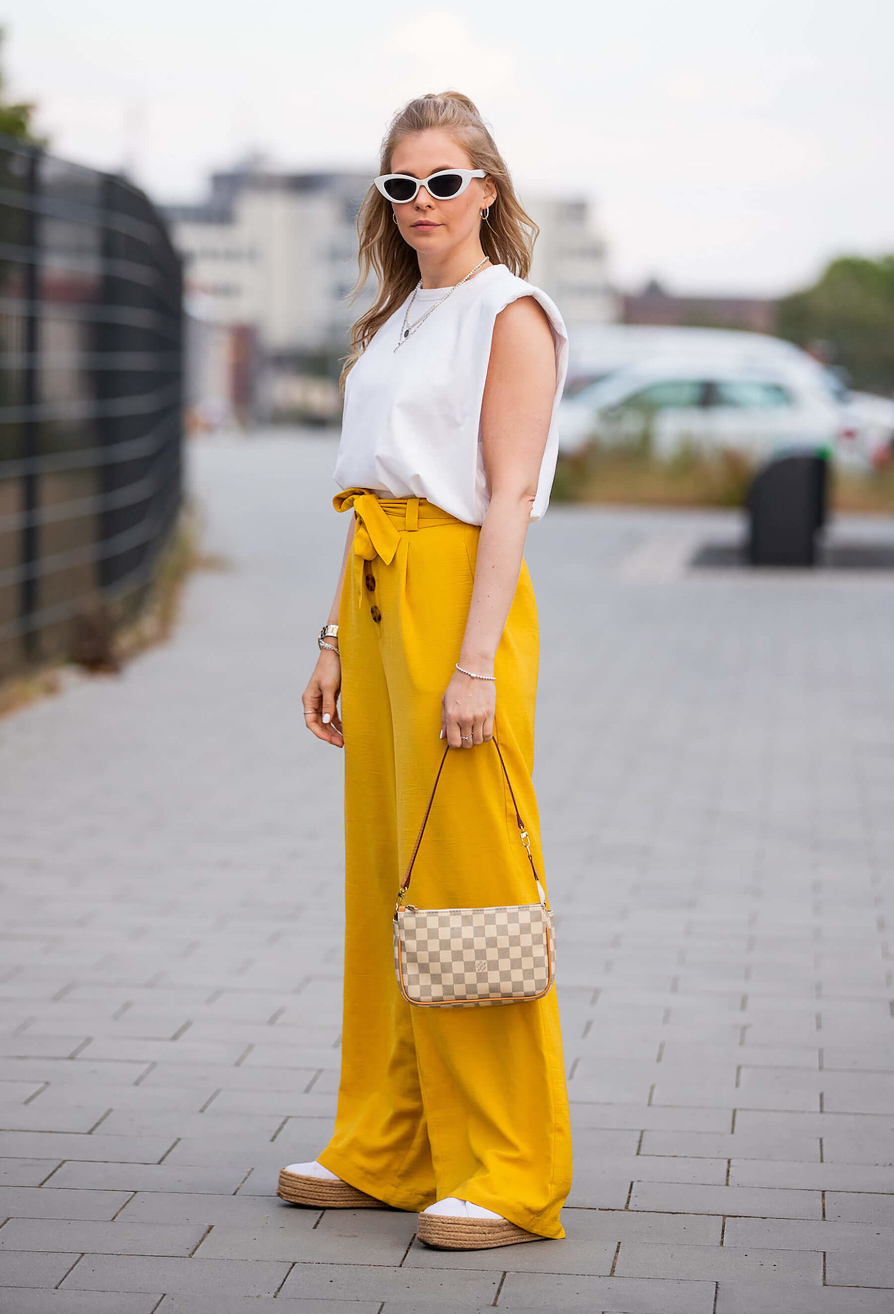 fashion blogger sommeroutfit shirt mit schulterpolstern inga brauer
