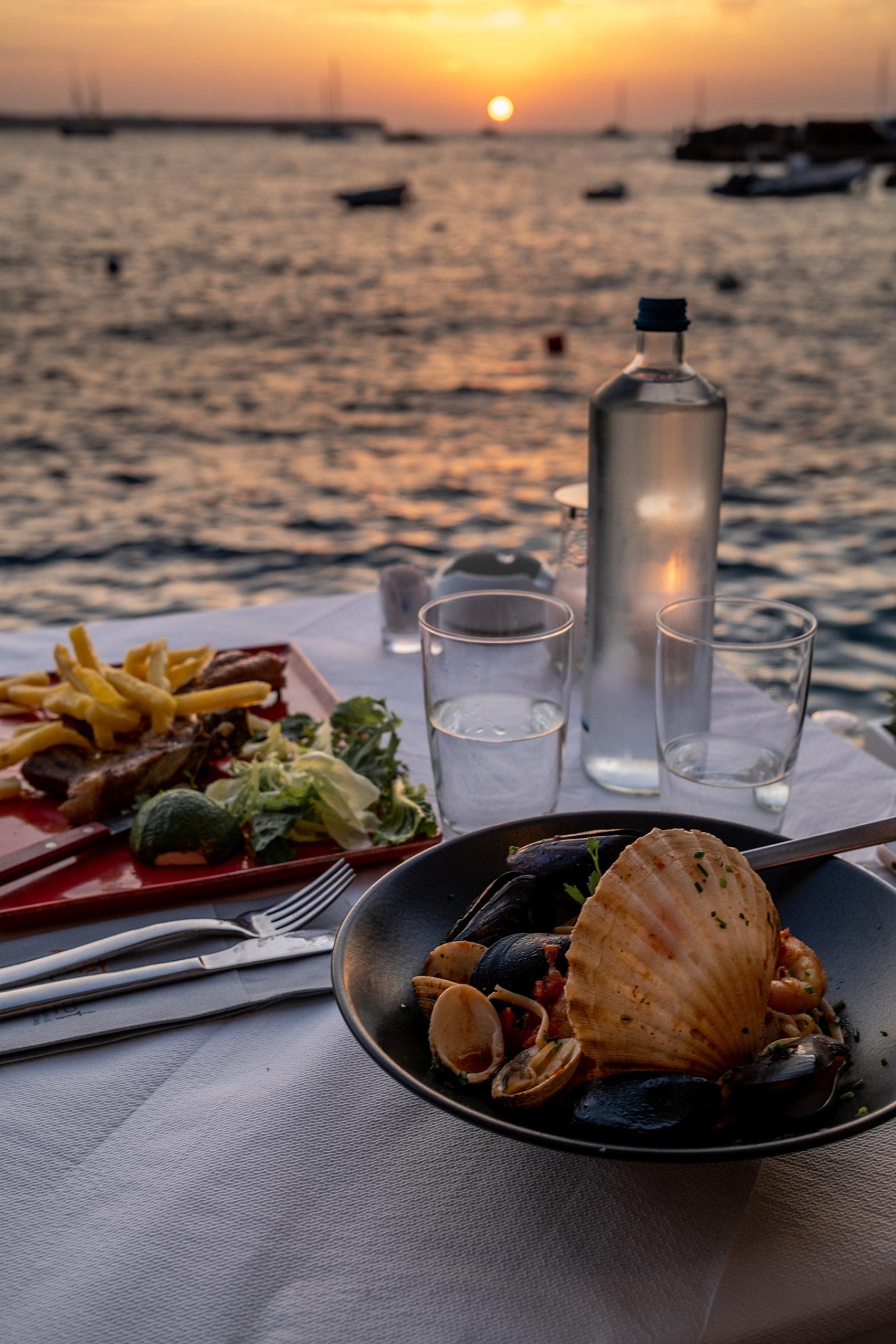 urlaub auf santorini sonnenuntergang ammoudi bucht travel blog sunnyinga