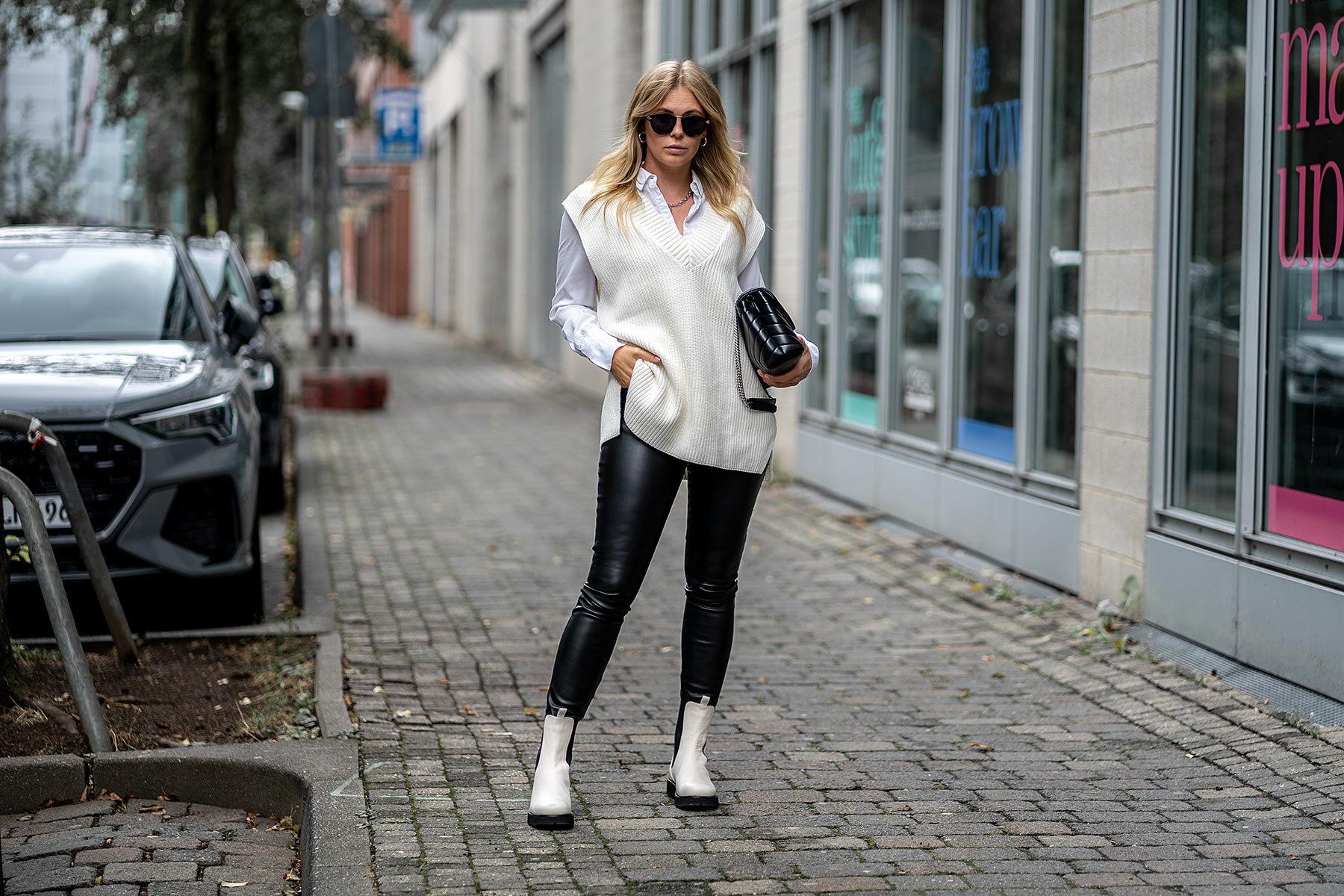 lederleggings outfit strickweste weiß streetstyle outfit inga brauer