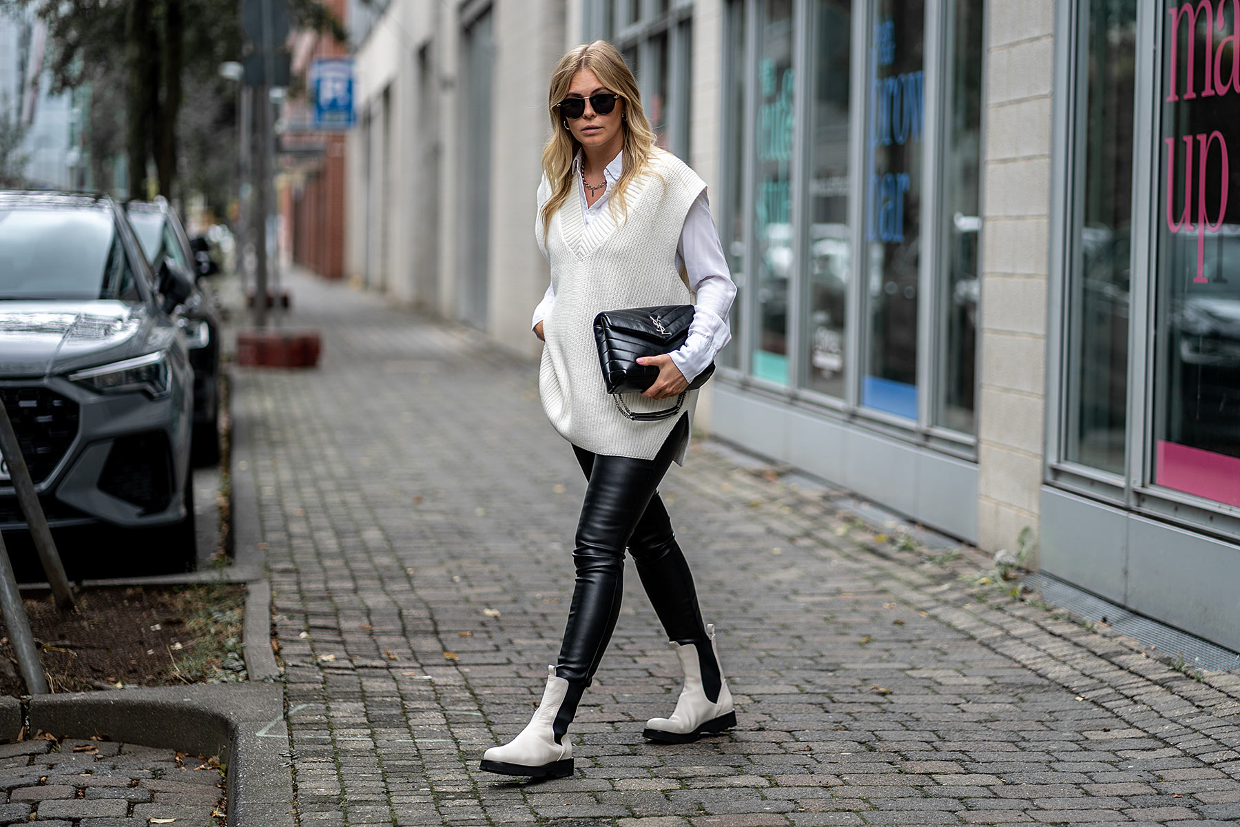 ysl tasche schwarz outfit strickweste boots weiß sunnyinga
