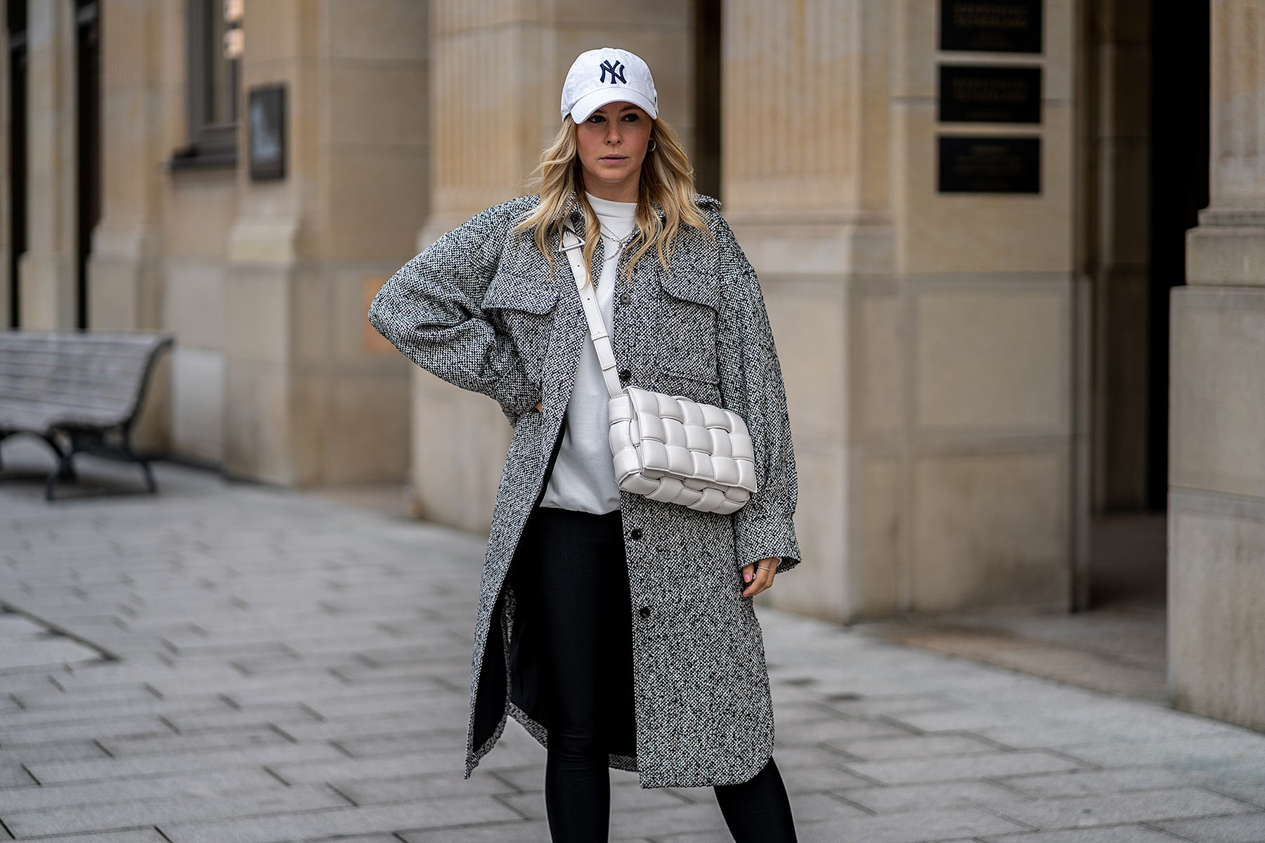 ny cap weiss outfit mode blogger shacket grau inga brauer