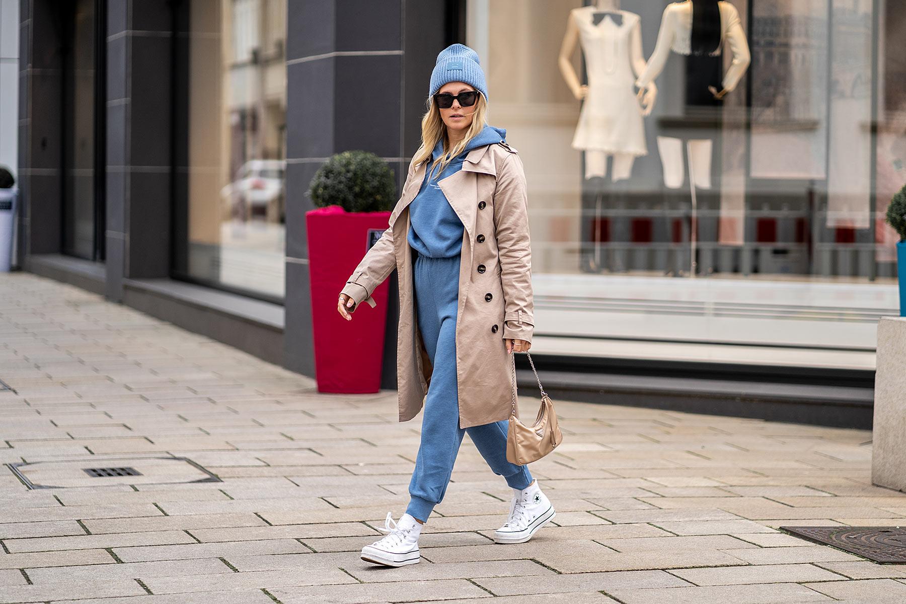 zara jogginganzug damen blau outfit trenchcoat chucks sunnyinga