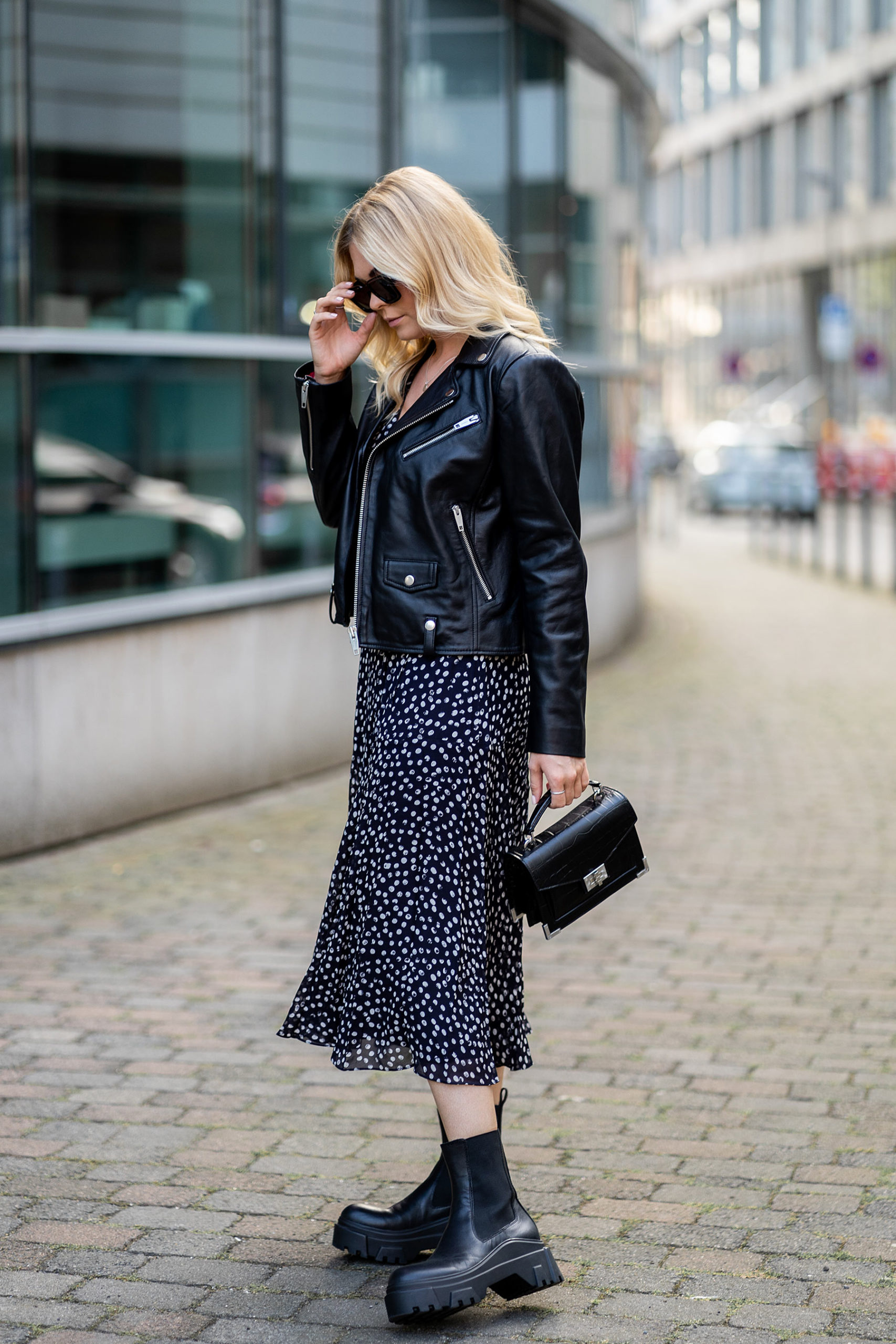 kleid mit boots herbst look fashion blogger trends