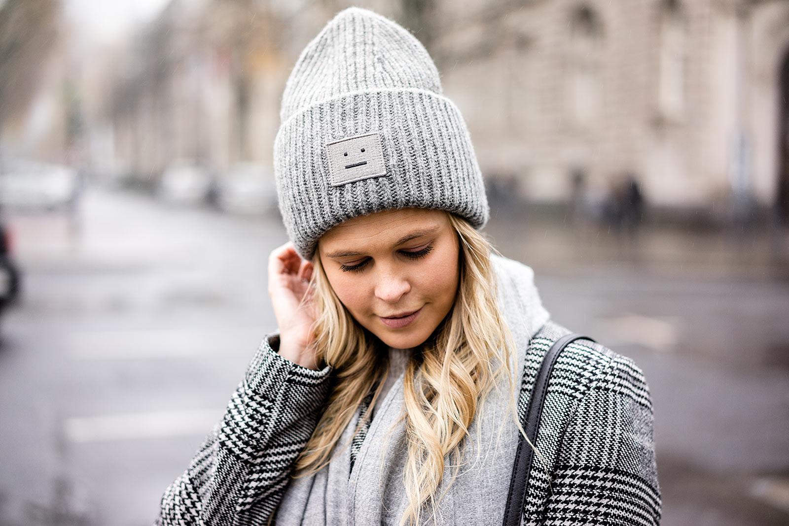 Acne Studios Mütze grau mit Gesicht Winter-Accessoires Blog Sunnyinga