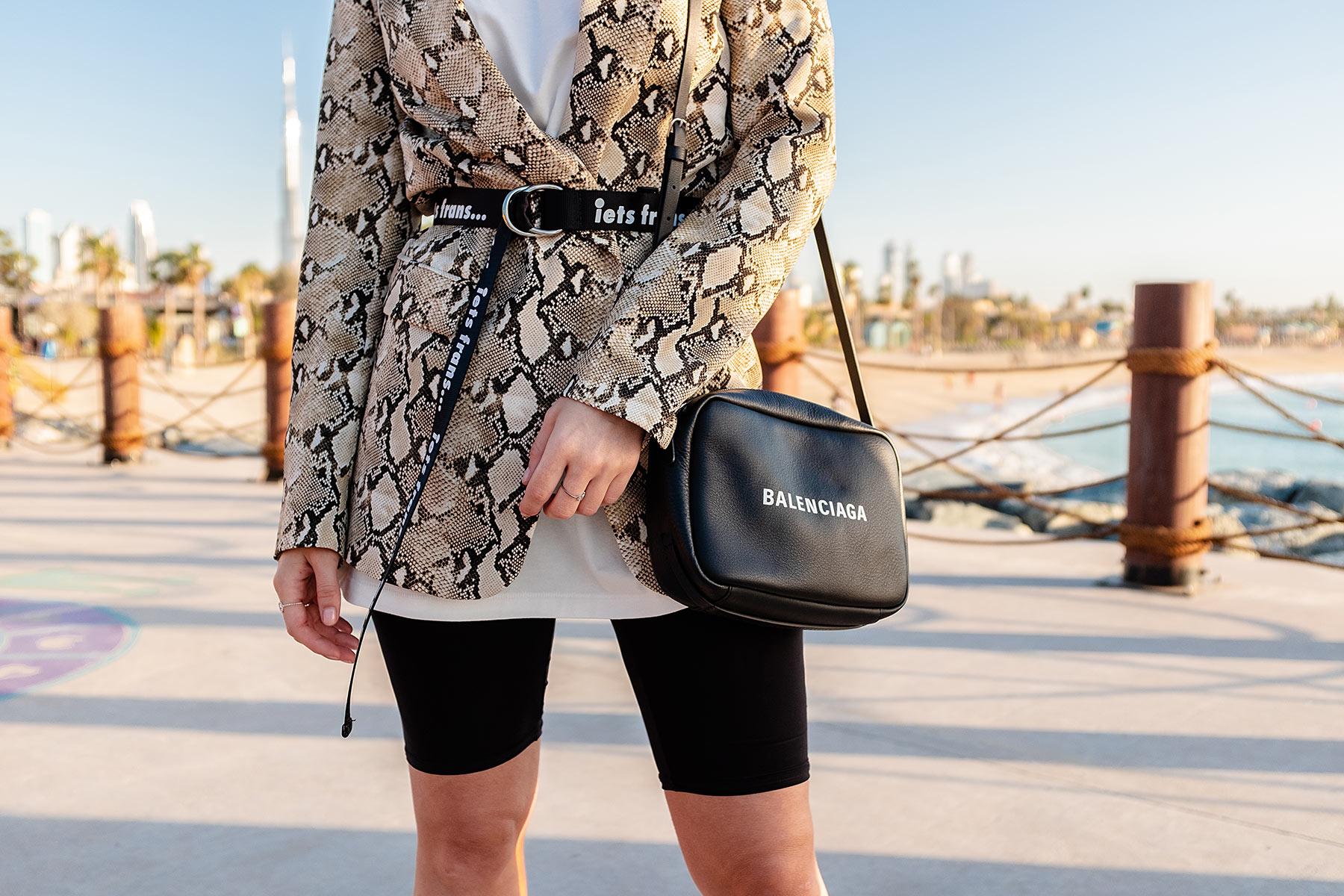balenciaga tasche schwarz outfit influencer sunnyinga