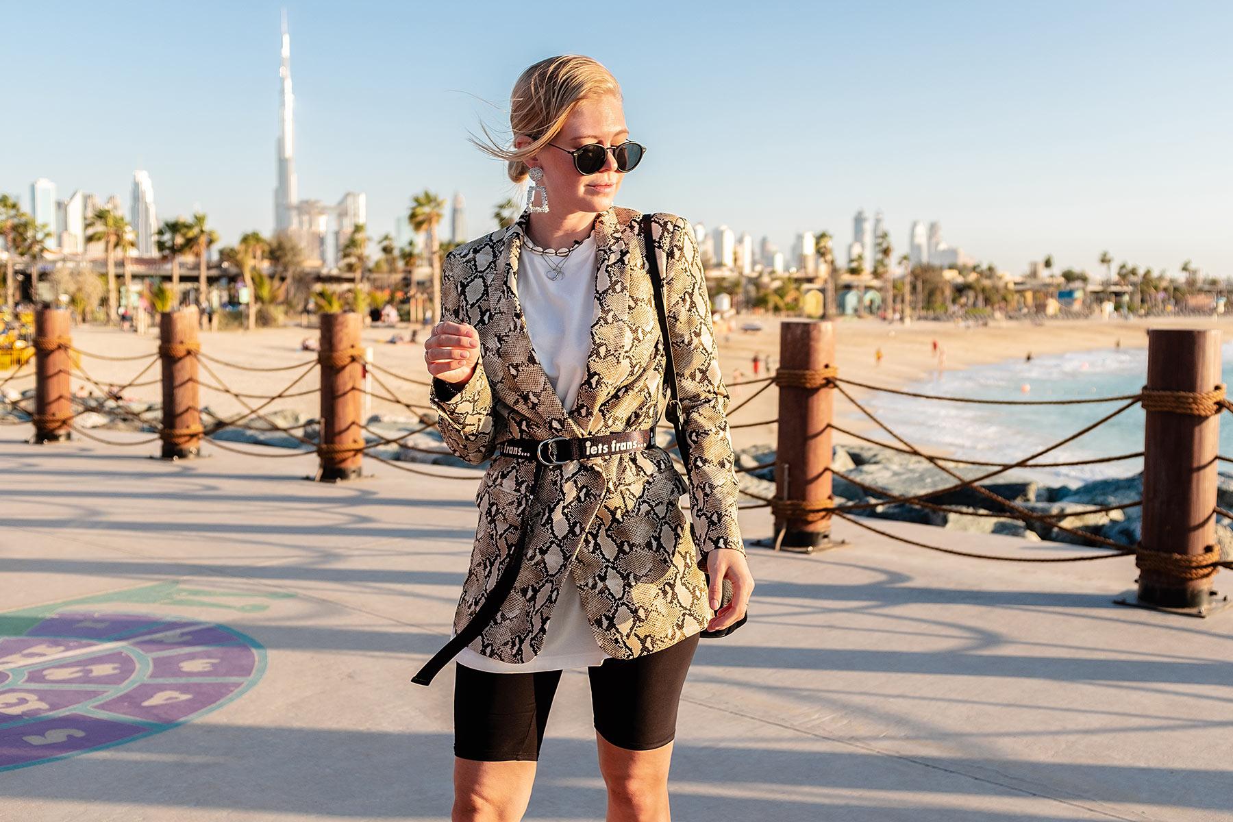 blazer mit gürtel radlerhose outfit dubai fashion sunnyinga