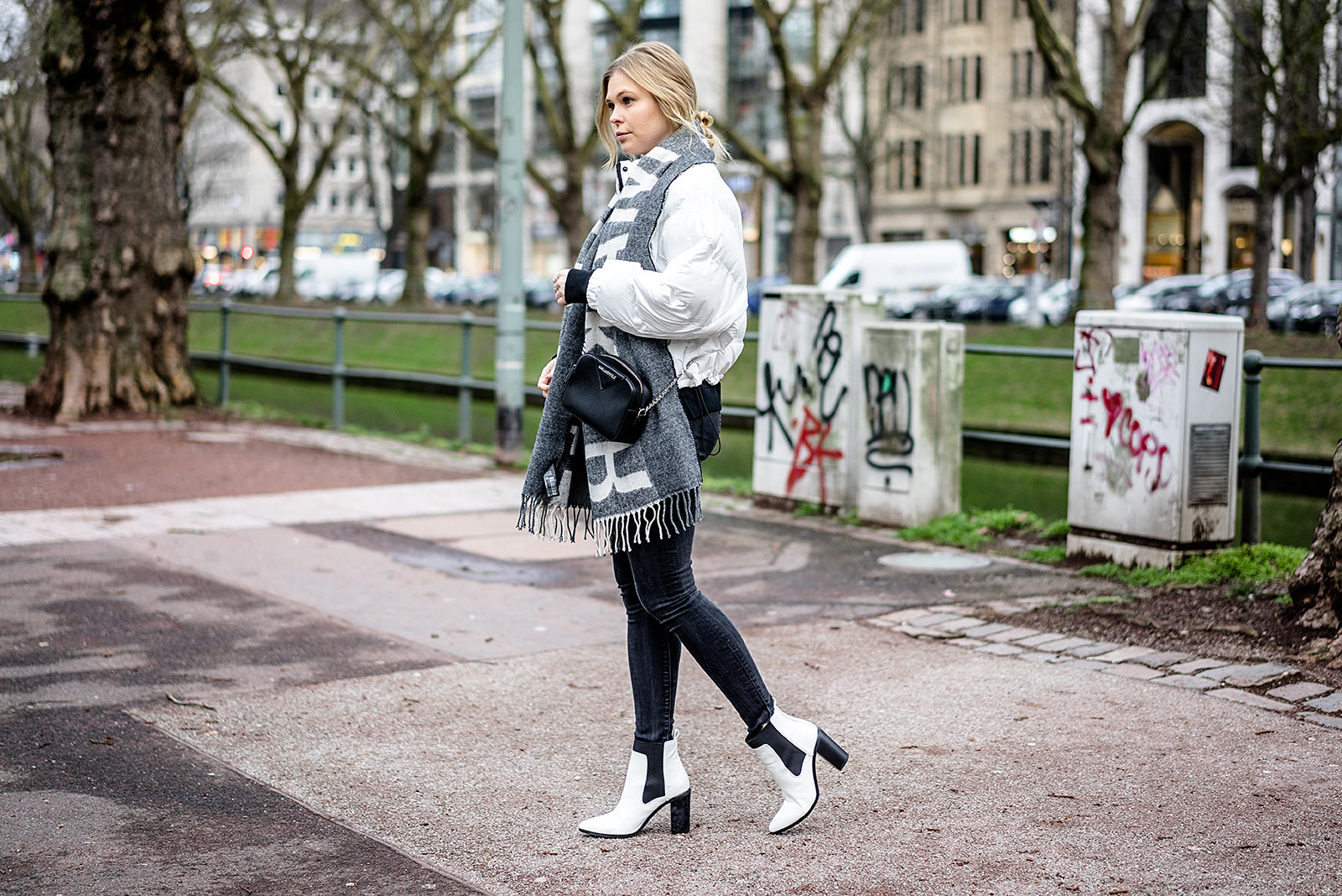 Boots Daunenjacke weiss Outfit Statement Schal Modeblog Sunnyinga