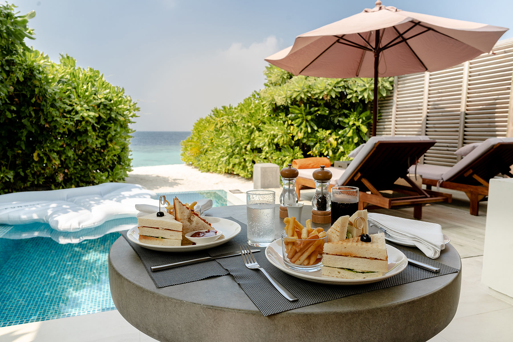 dhigali beach villa mit pool room service travel blog sunnyinga