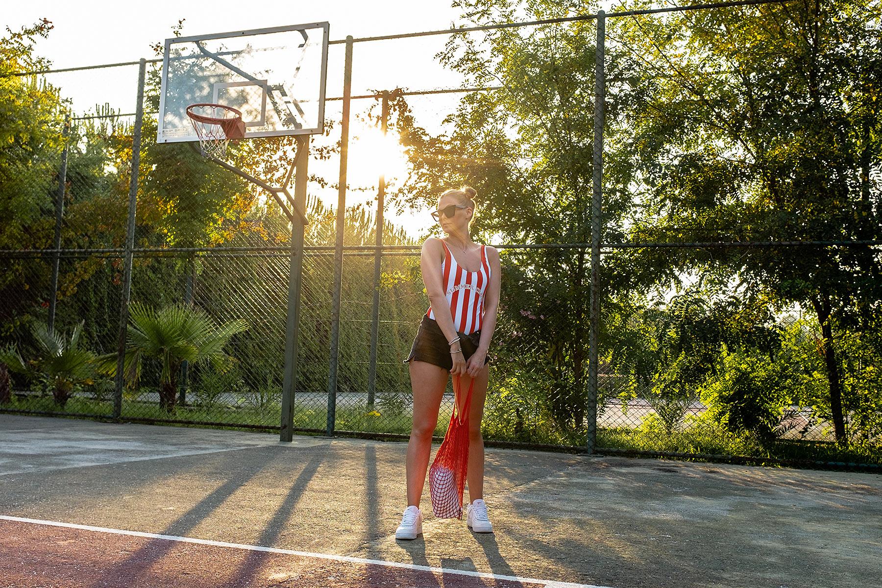 fotoshooting basketballplatz badenazug sommer-look nike sneakers sunnyinga