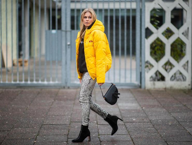 hose mit schlangenmuster outfit daunenjacke gelb fashion blogger sunnyinga