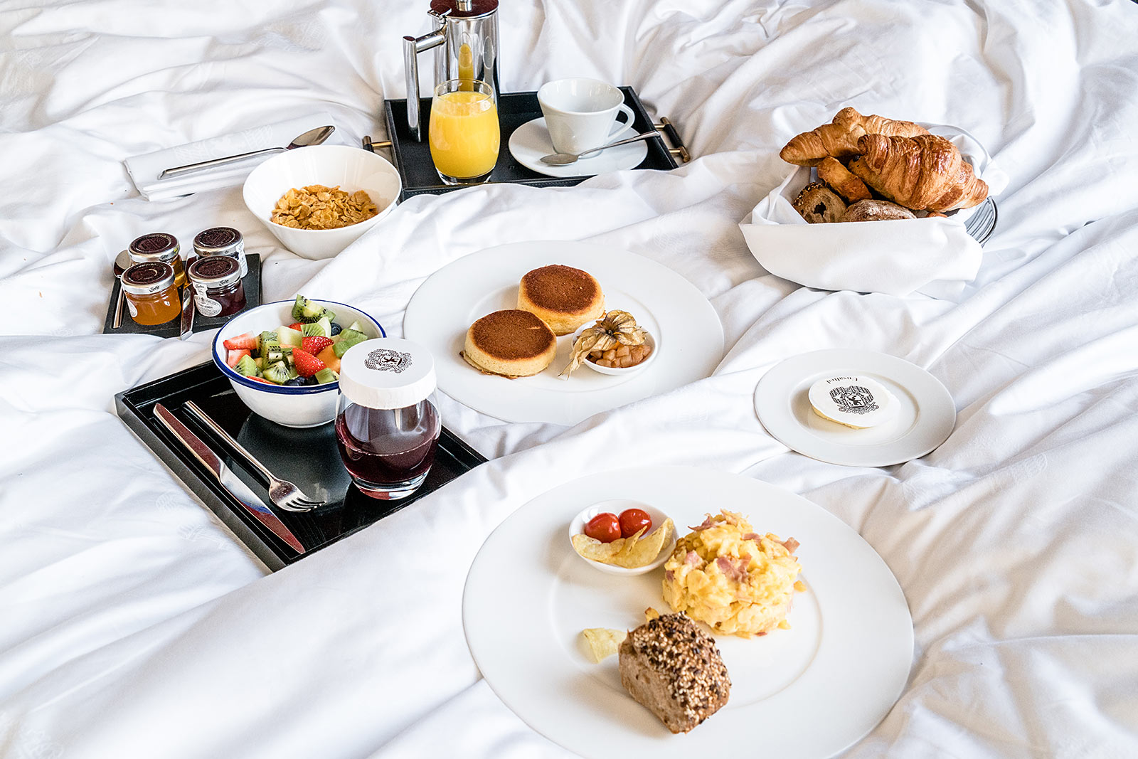 hotel amsterdam frühstück room service the grand travel blog sunnyinga