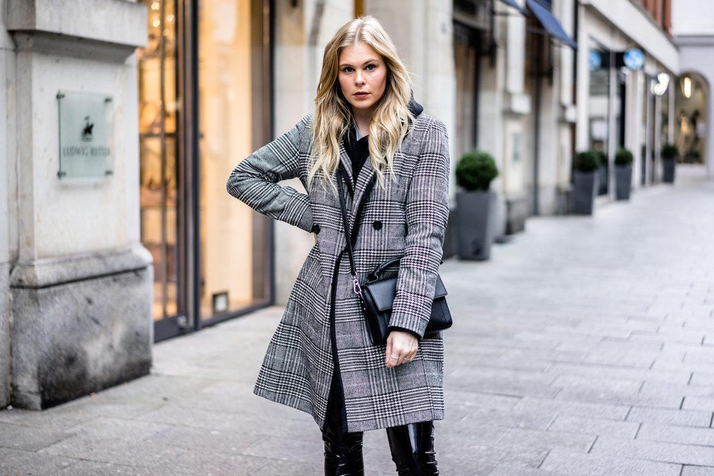 outfit karo mantel vinyl pants wei e boots fashion. Black Bedroom Furniture Sets. Home Design Ideas
