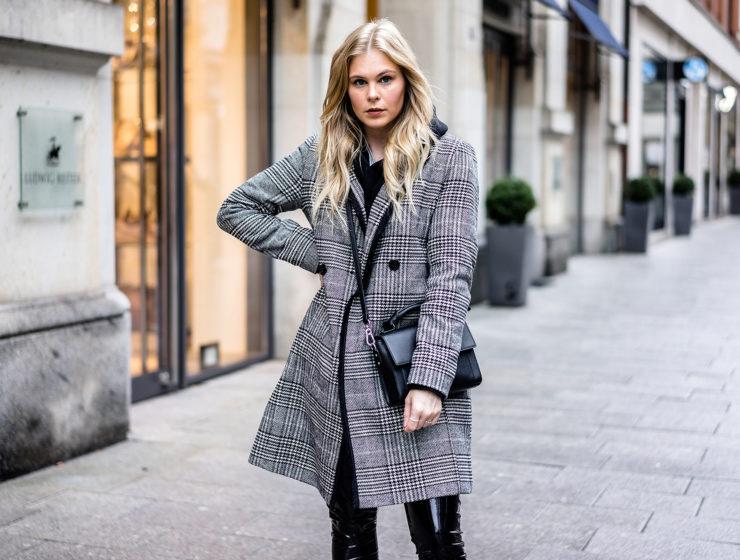 Karo Mantel Outfit Streetstyle ootd Trend Vinyl Pants Boots Fashion Blog Sunnyinga