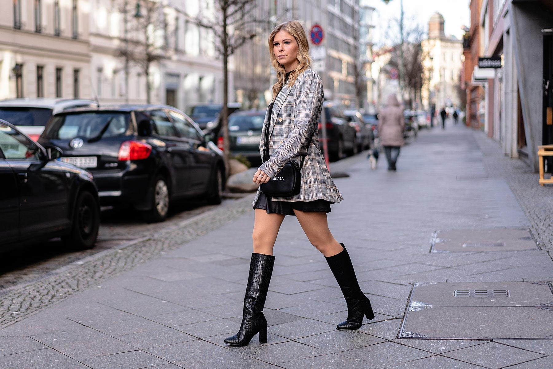 kniehohe stiefel outfit karierter blazer streetstyle blogger sunnyinga
