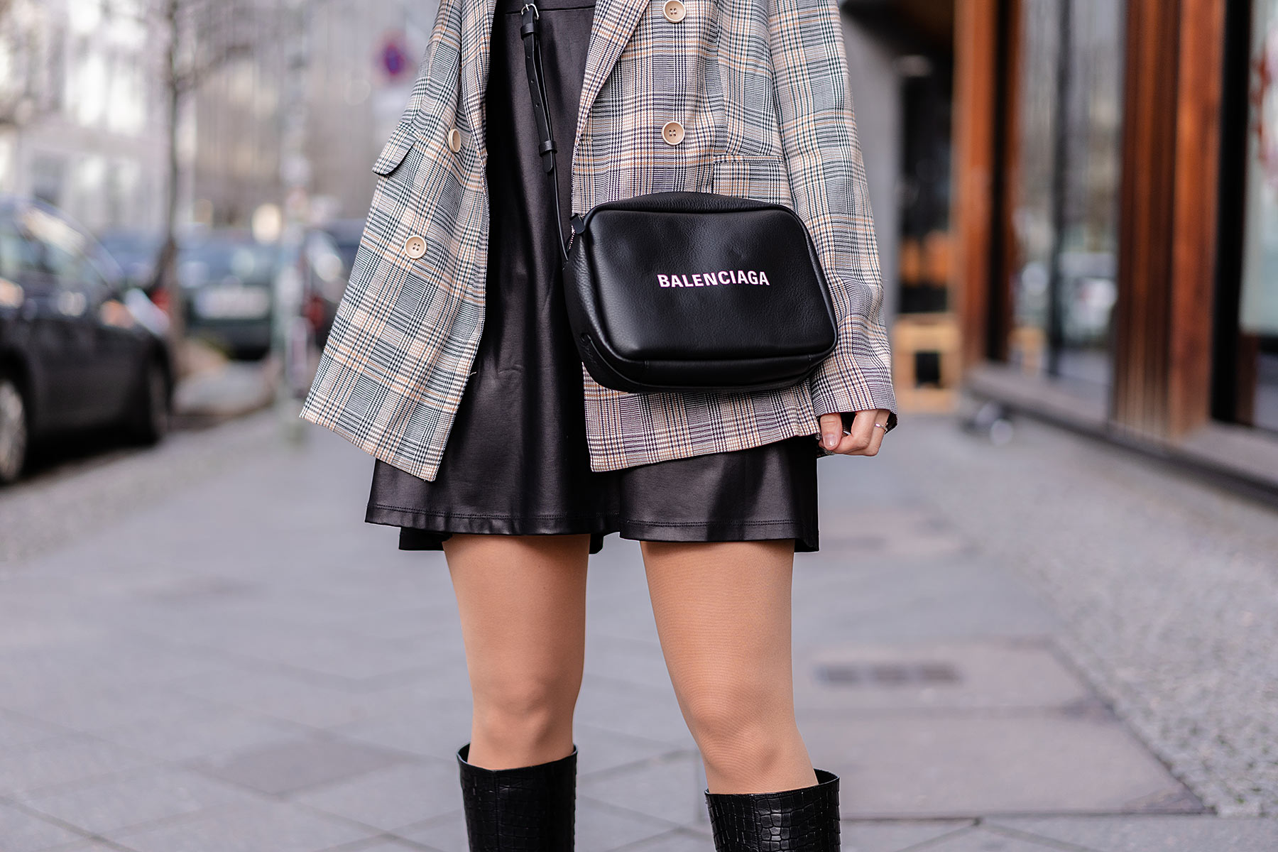 lederkleid outfit karierter blazer modeblog sunnyinga