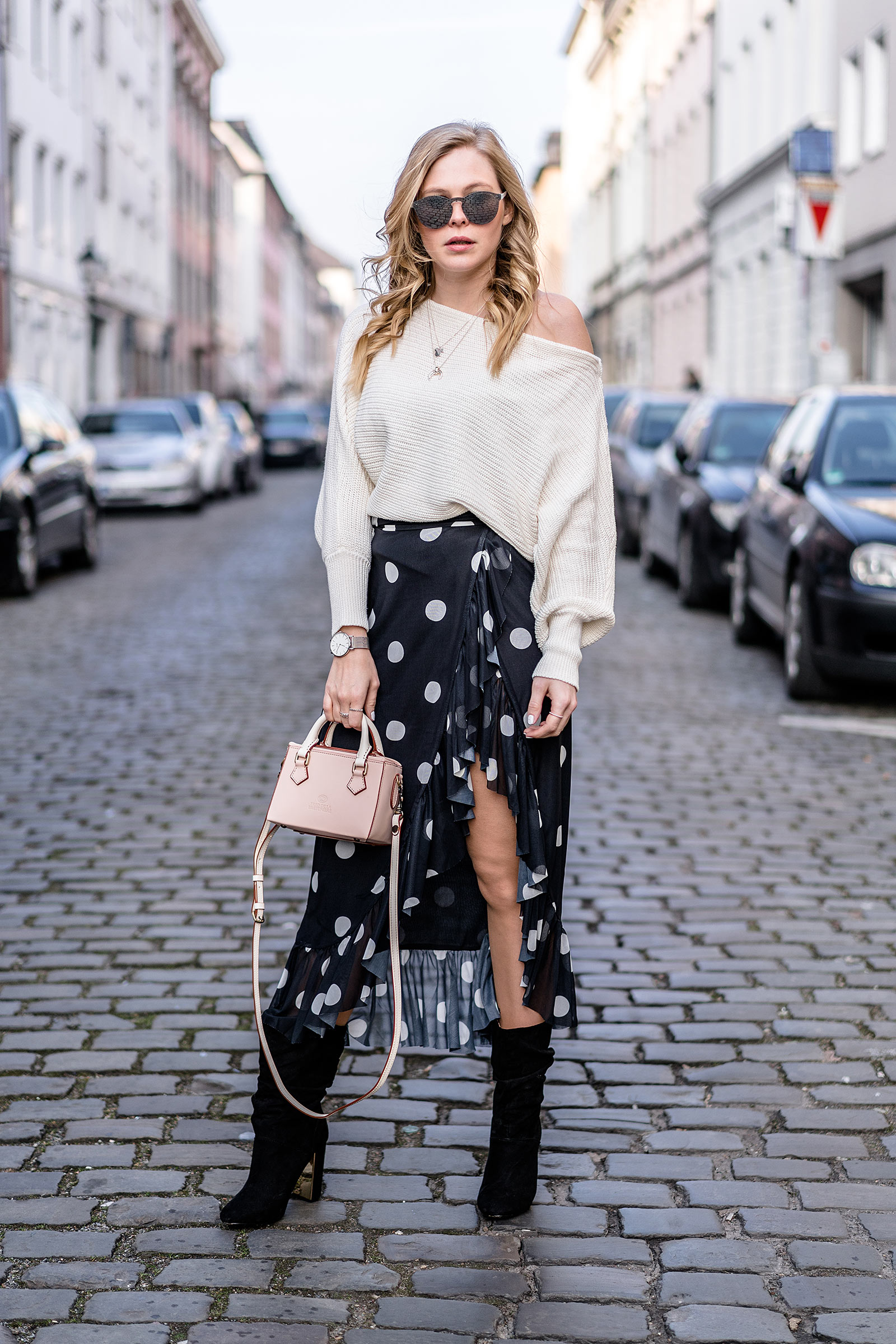 outfit fashion blogger frühling asymmetrischer rock slouch boots streetstyle sunnyinga