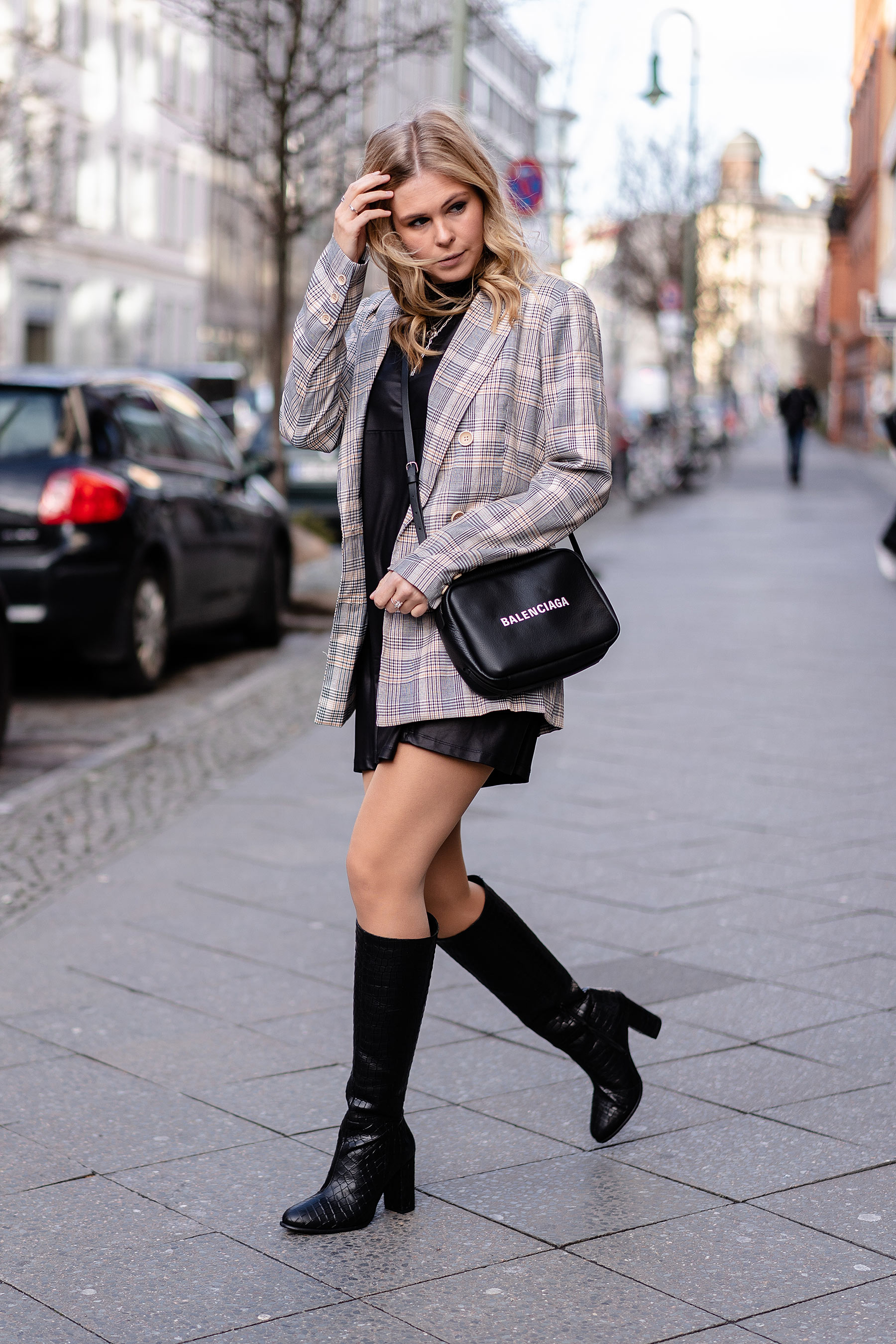 outfit karierter blazer kniestiefel leder schwarz sunnyinga