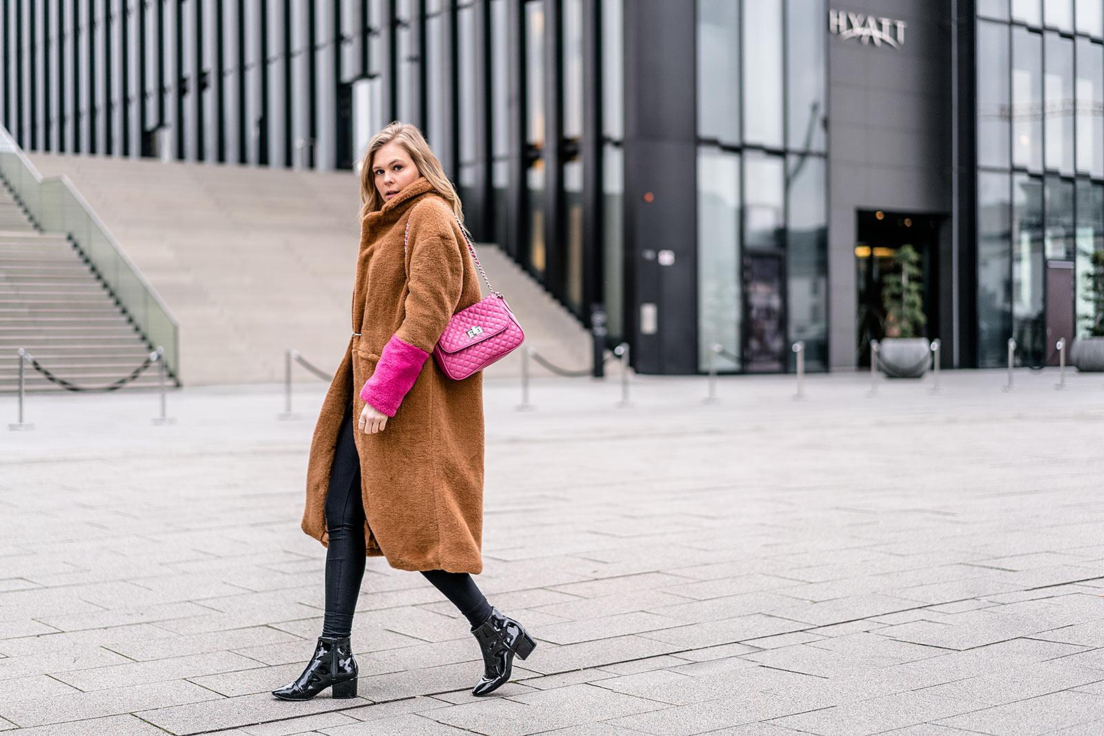 Outfit Tasche pink Fellmantel Blogger Sunnyinga Hyatt Düsseldorf