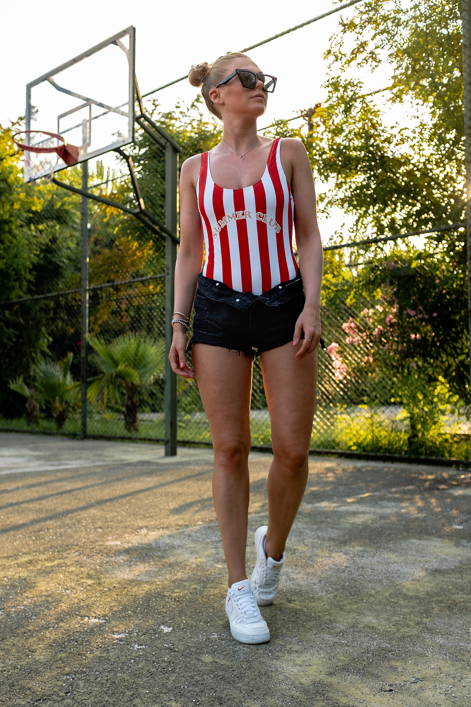 outfit urlaub badeanzug mit streifen shorts sneakers sunnyinga