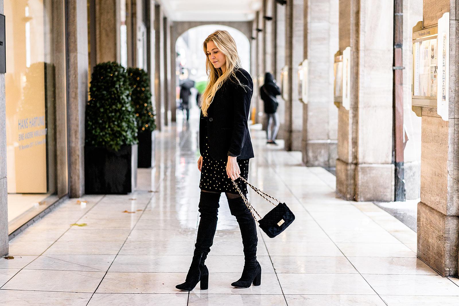 Outfit Weihnachtsfeier schwarz Kleid aus Samt Sunnyinga-duesseldorf