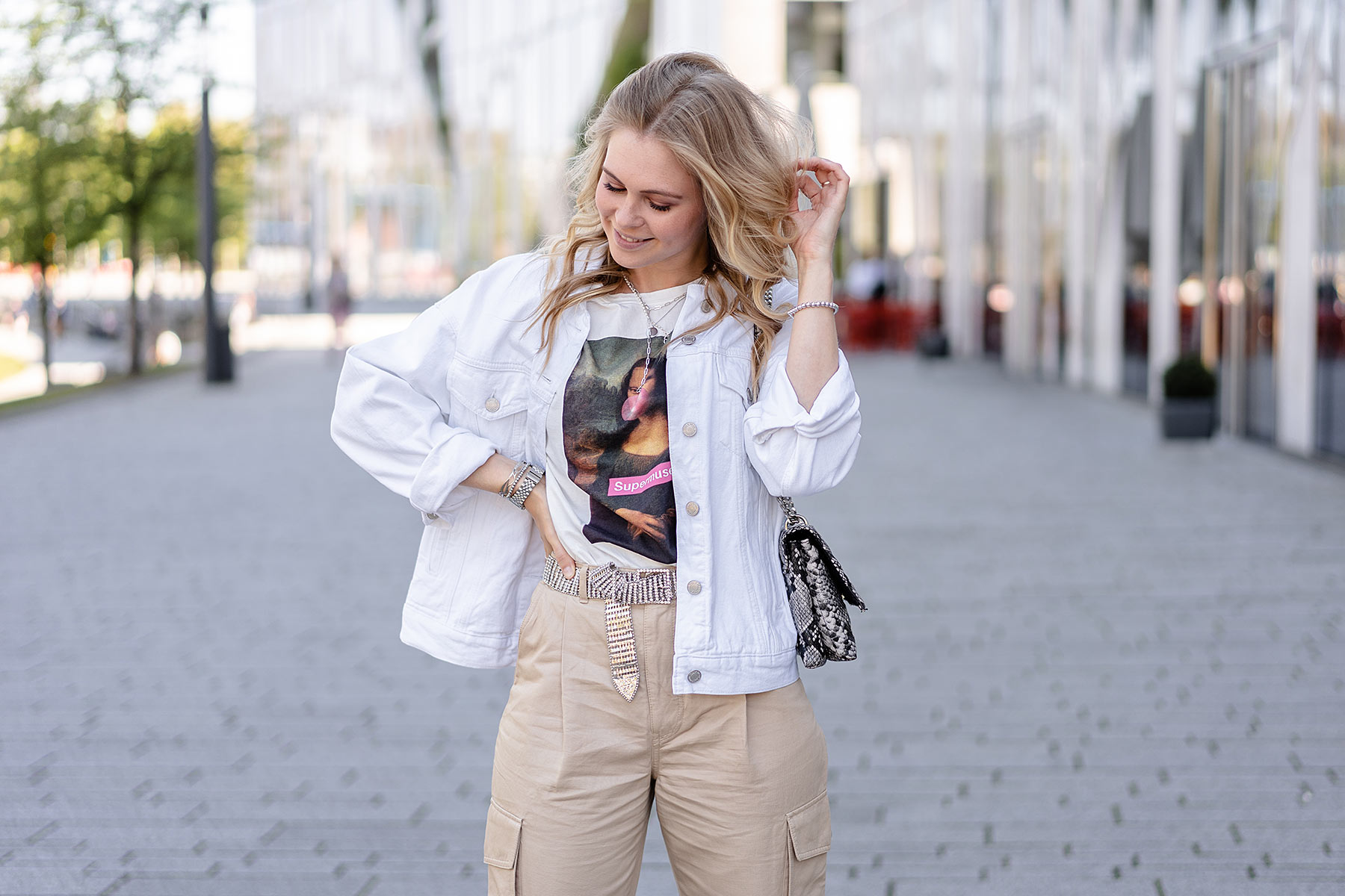 outfit weisse jeansjacke sommer look sunnyinga