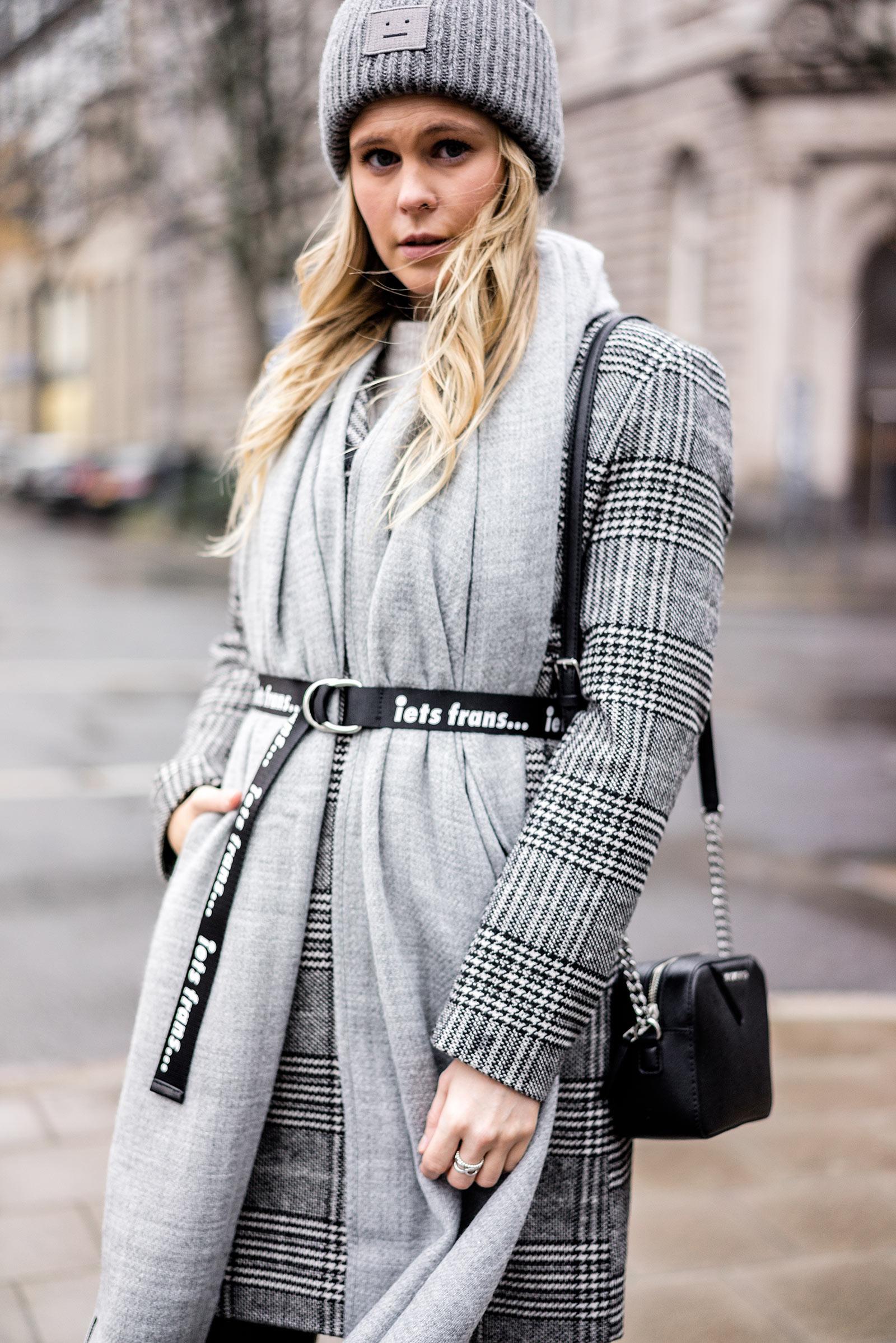 Outfit Winter-Accessoires Gürtel über Mantel Sunnyinga Bloggerin