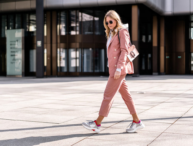rosa hosenanzug outfit dad sneakers fashion blogger streetstyle sunnyinga