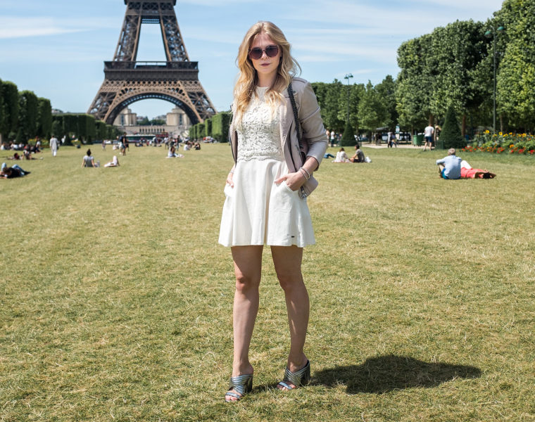 Spitzenkleid weiß Lederjacke rosa Fashionblog Sommeroutfit Sunnyinga Düsseldorf