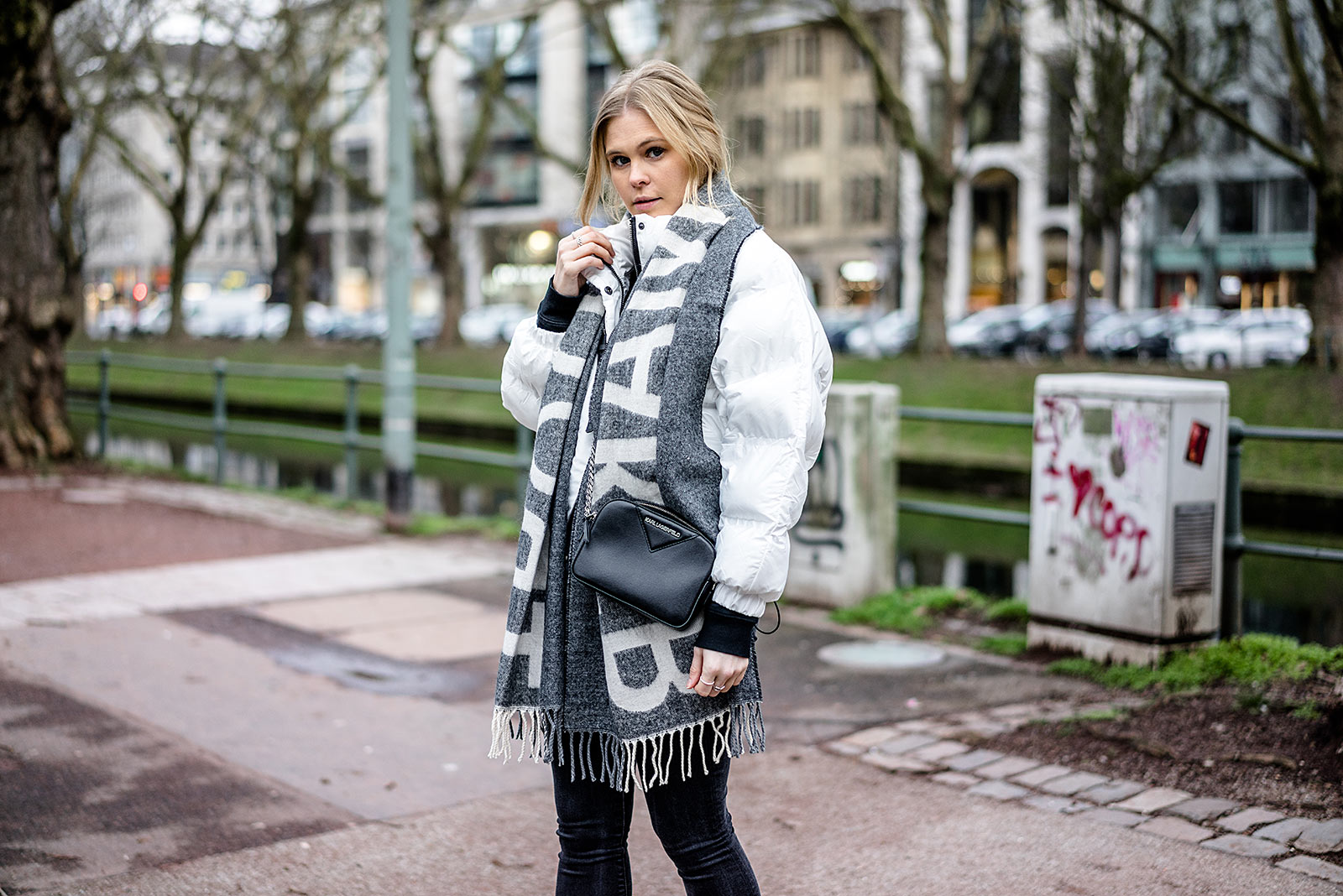Statement Schal Outfit Daunenjacke weiss Streetstyle ootd Fashion Blogger Sunnyinga