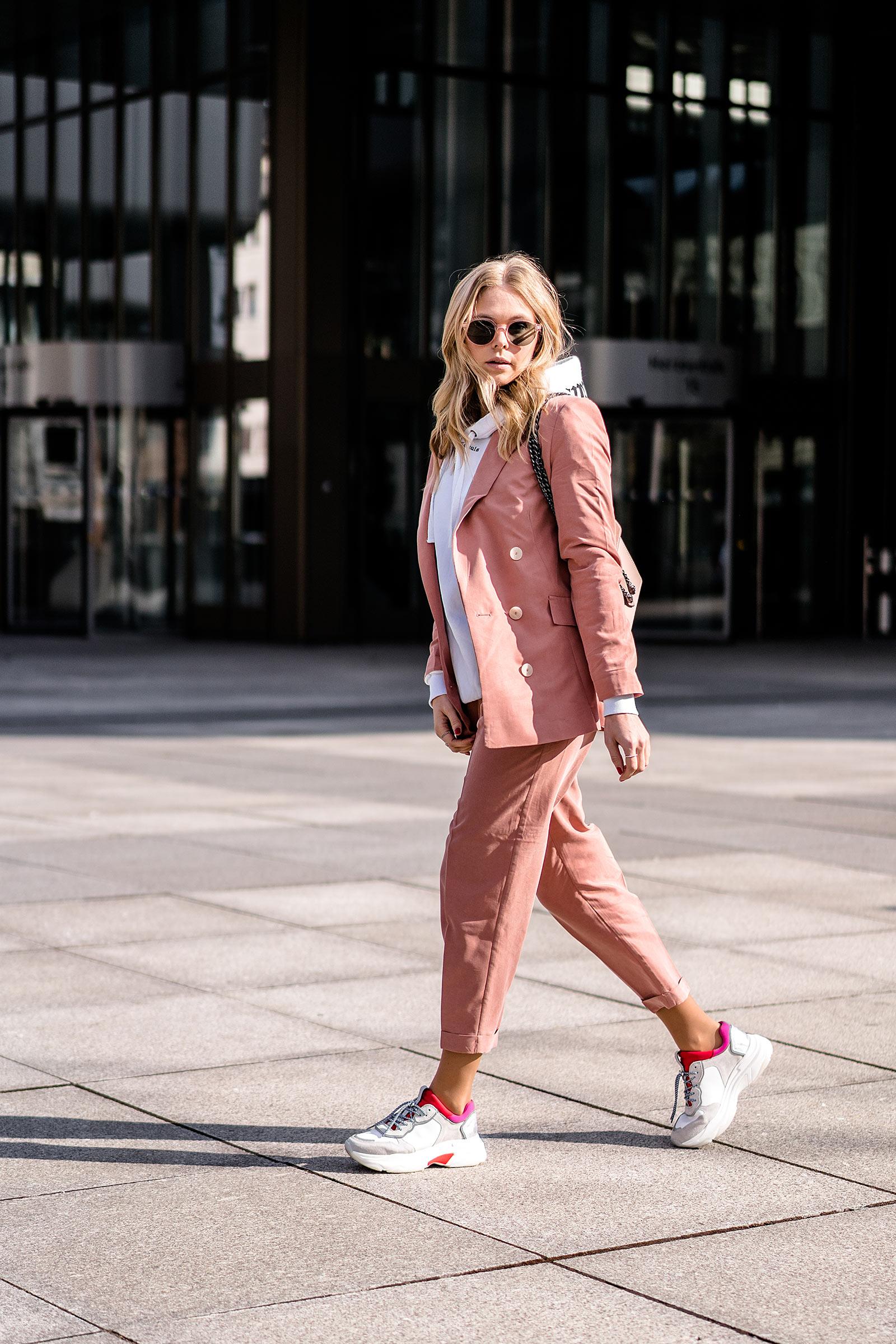 sunnyinga fashion blogger düsseldorf outfit streetstyle rosa hosenanzug