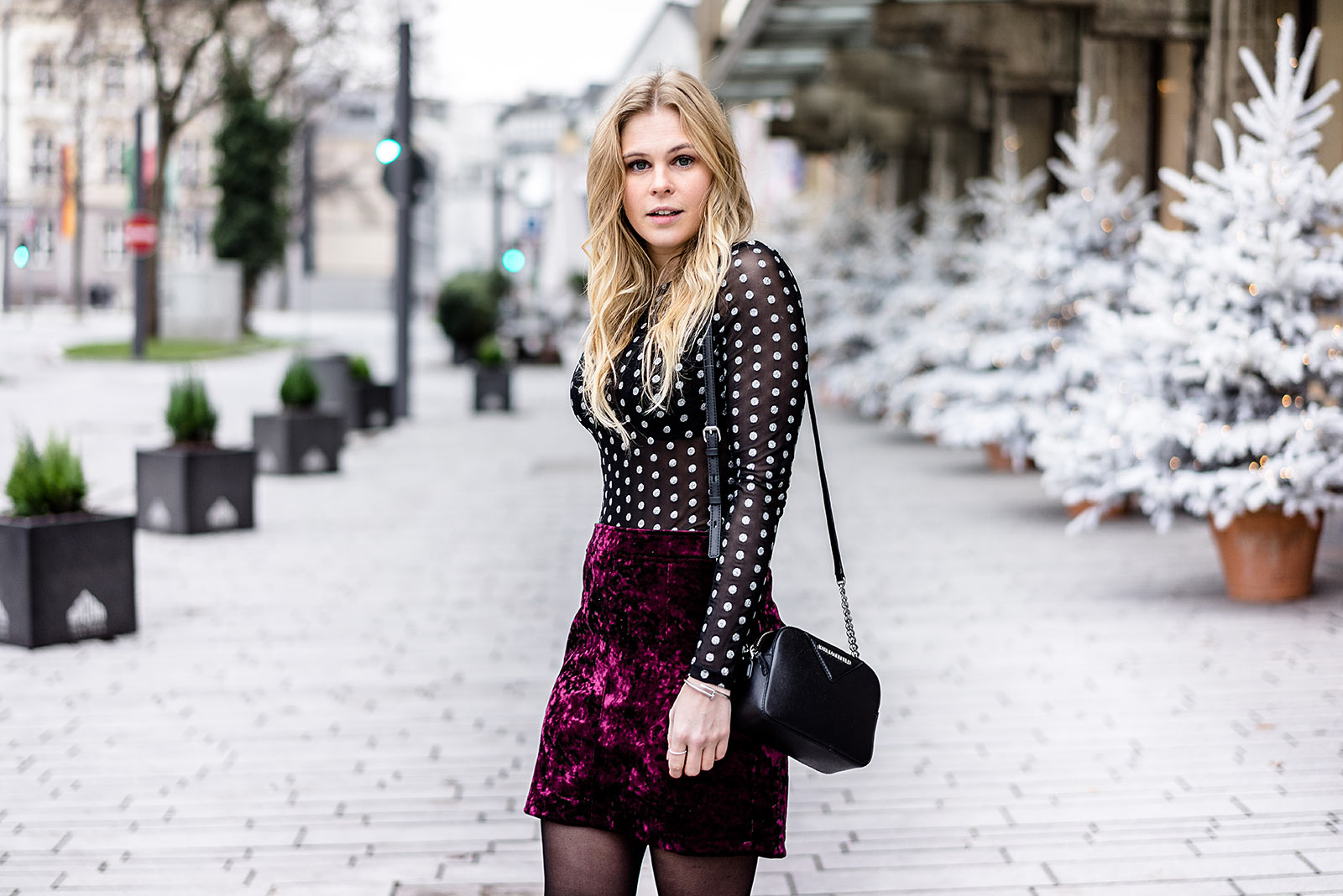 Sunnyinga Blogger Outfit Silvester Samt Rock rot