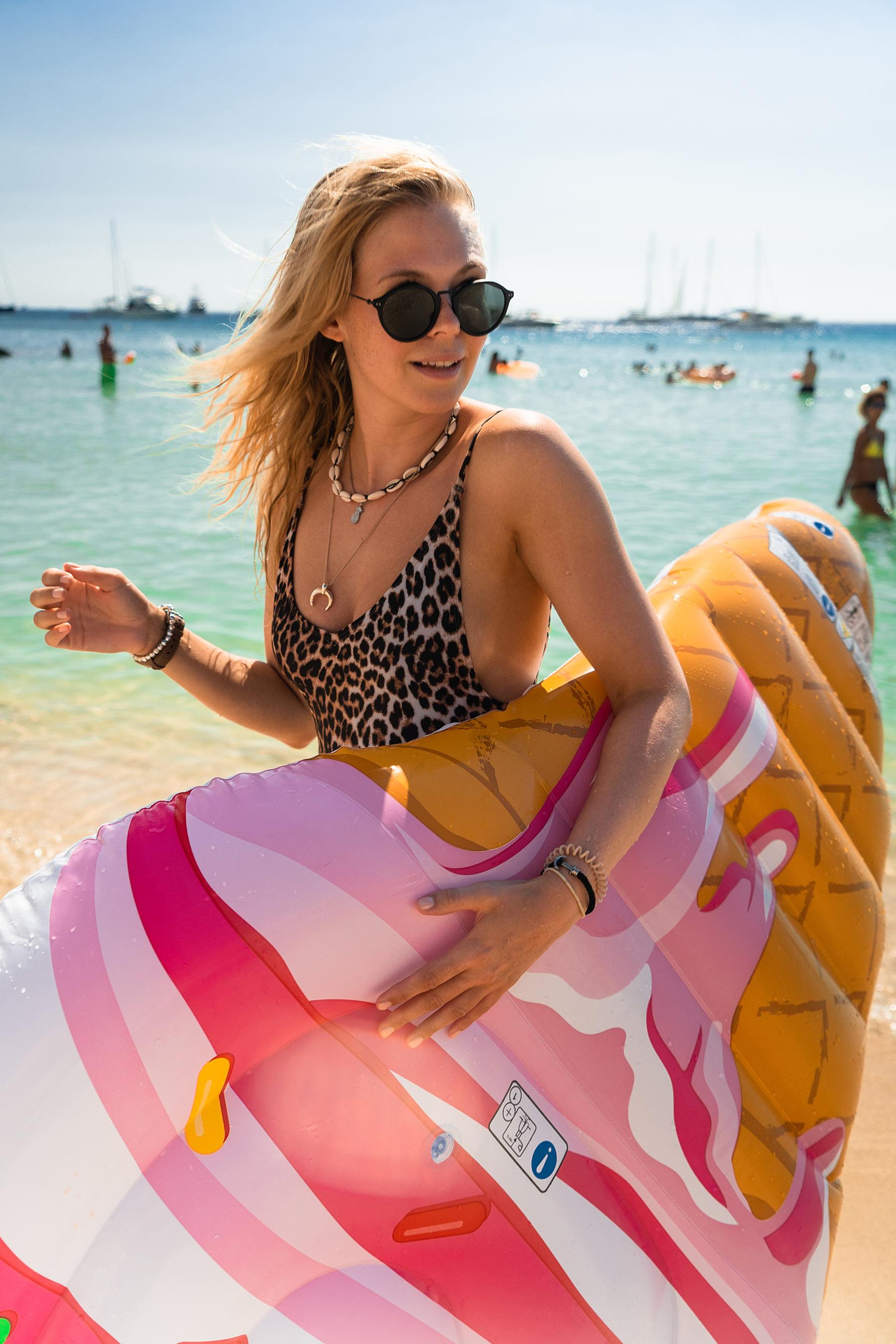 sunnyinga travel blogger beach look