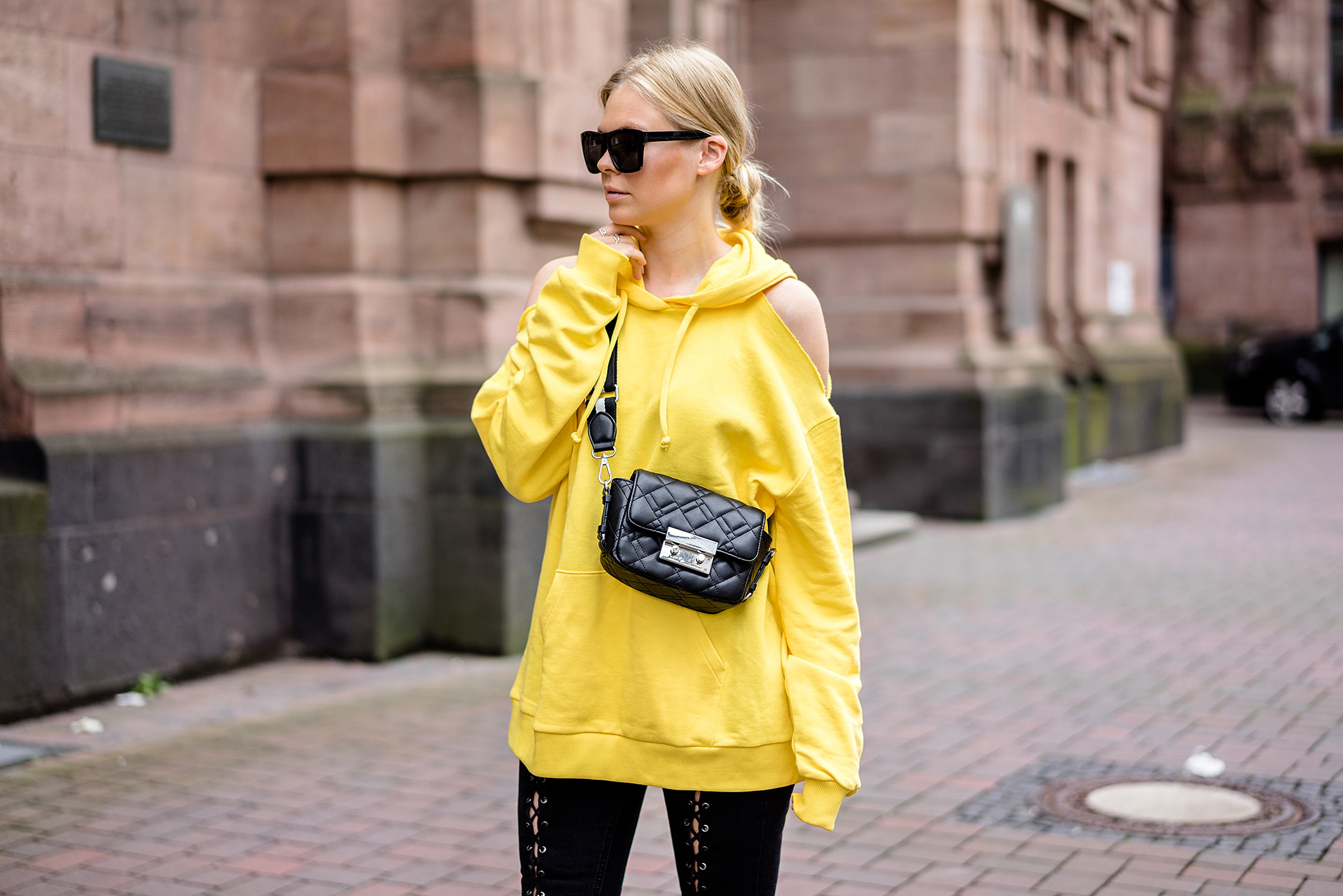Trendfarbe Gelb Hoodie Outfit Streetstyle Fashion Blogger Sunnyinga Düsseldorf