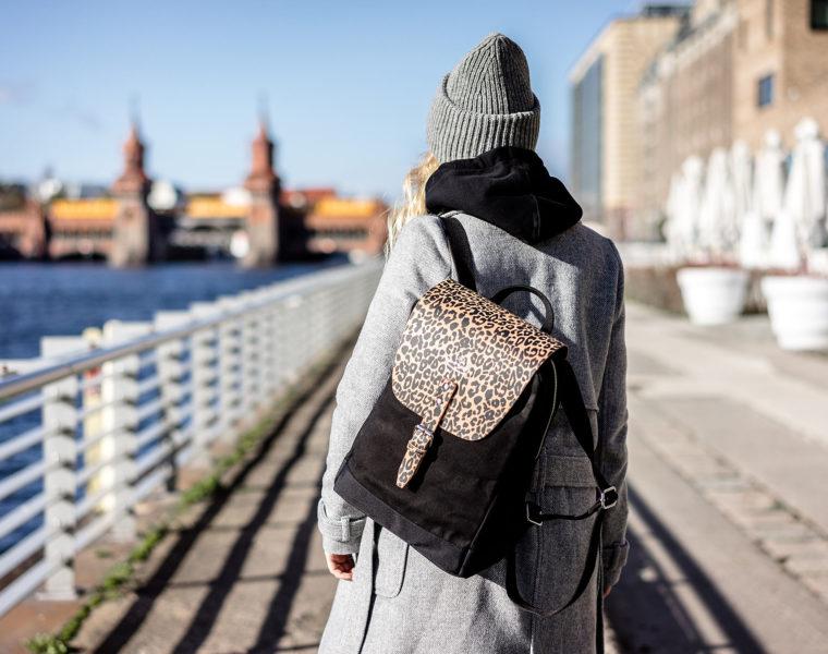 WIND & VIBES Flap Rucksack Mayfair Leoprint Outfit Berlin Fashion Blog Sunnyinga