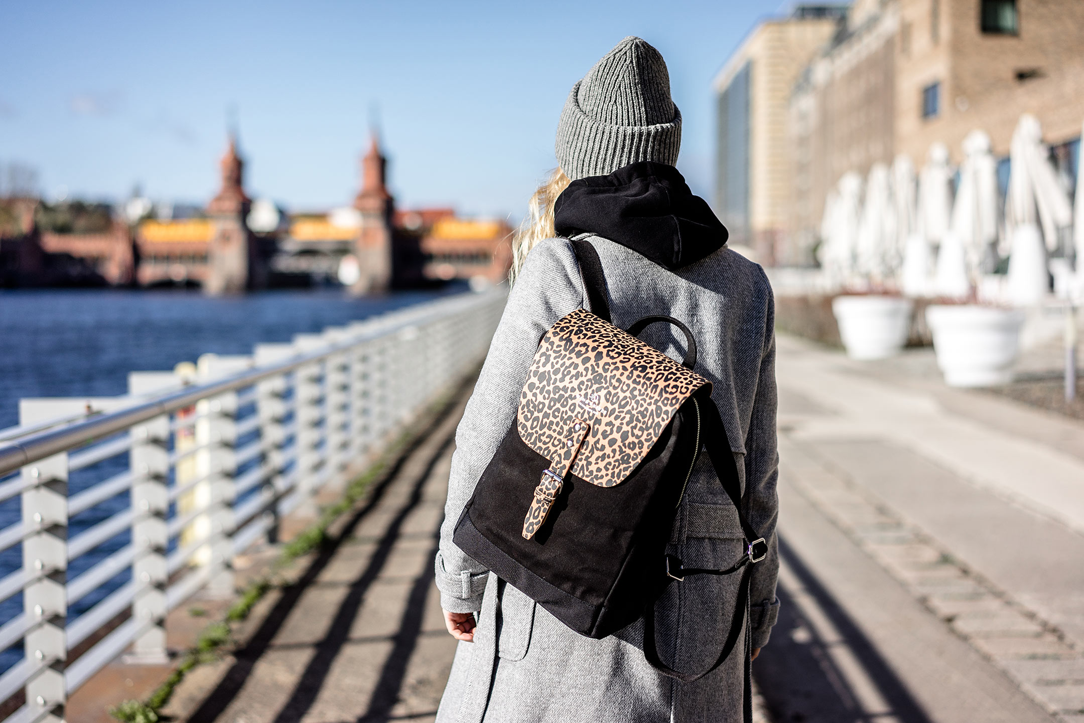 WIND & VIBES Flap Rucksack Mayfair Leoprint Outfit Berlin Fashion Blog Sunnyinga